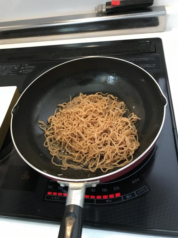 麺を白だしで蒸し焼き