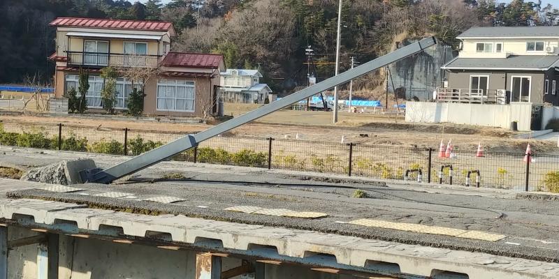 旧野蒜駅のホームも震災遺構としてそのまま残されており、被災当時の状況がありありと伝わってきます。