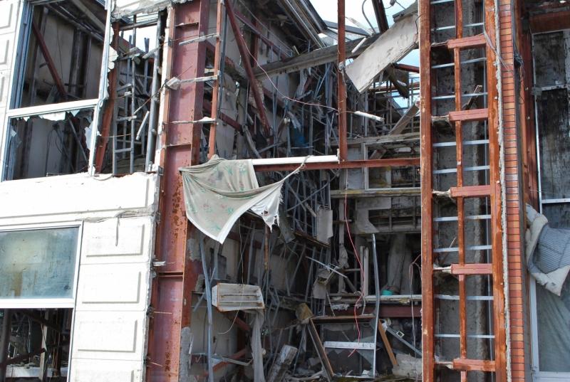 壁が打ち抜かれている。天井板も失われている(2013年1月)