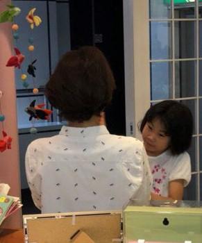 「そういえばアンタ見たことあるじゃん!」という感じで美容師さんをベタベタさわる娘。