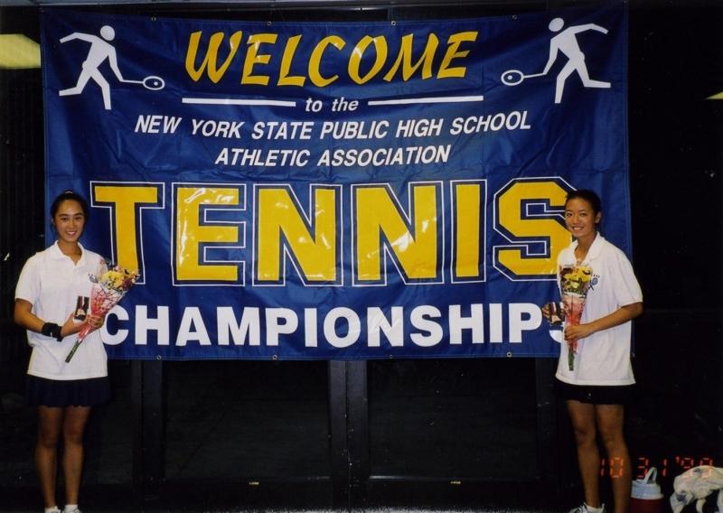 テニスはプロ級の腕前で数々のインターハイに出場。写真は16歳の頃。(右が愛波さん)