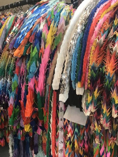 平和のシンボルである折り鶴、たくさんの折り鶴に平和への願いが込められています。