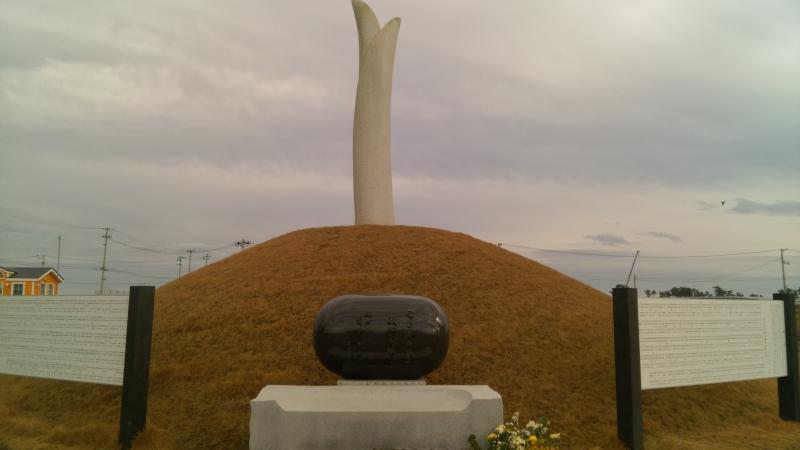 塔の長さは津波の到達地点8.4mに設定されている東日本大震災慰霊碑