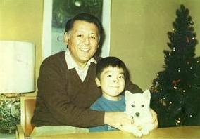 幼少期に、父と初めて飼った犬と一緒に。