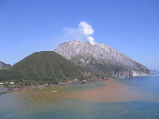 赤茶けた色に染まっている硫黄島周辺の海