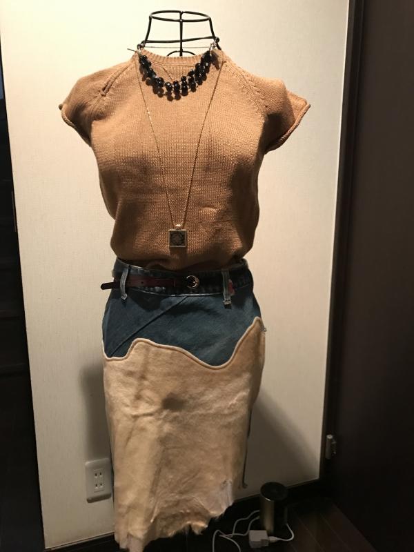 200円のデニムスカート、ベージュの部分は牛ハラコです。Theoryのトップスは小田原のブランカスタで購入。Theoryなのに950円!!皮の細ベルトは名古屋のセカンドストリートで500円。