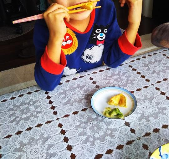 ばあばが天ぷらを作ってくれました。フキノトウはやっぱり子供には苦かったようで一口食べただけでした。タケノコは大好き。ほとんど息子が食べました。