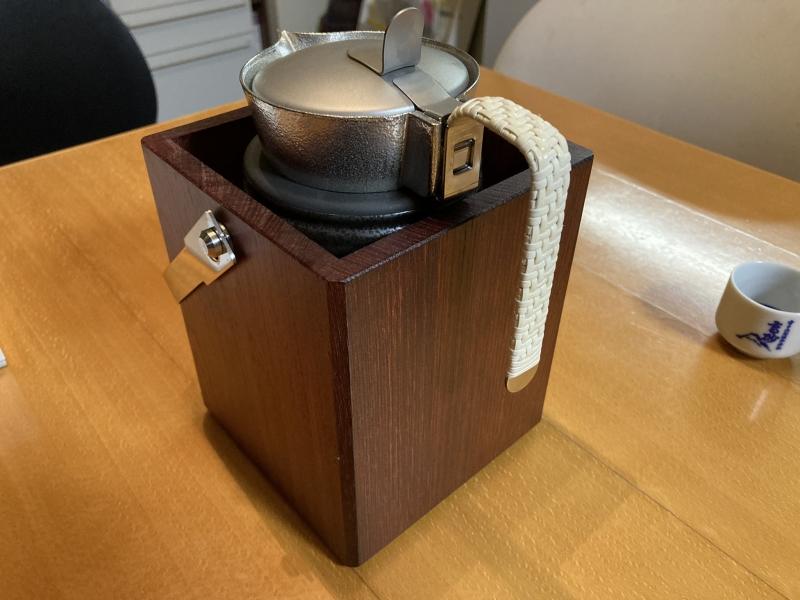 酒が入ったちろりを、熱湯の入った陶器に入れます。この「収まり感」が超きもちいい。