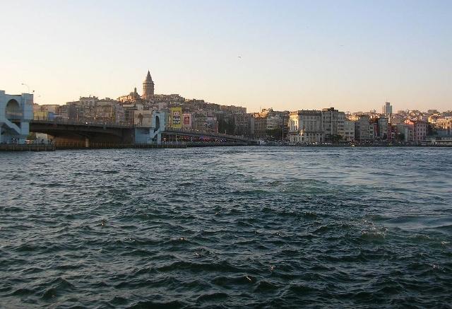 イスタンブール。ヨーロッパ側の旧市街から新市街を撮影