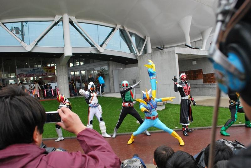 震災後Reオープンした「石ノ森萬画館」前に集合したライダーたち(2012年11月17日)