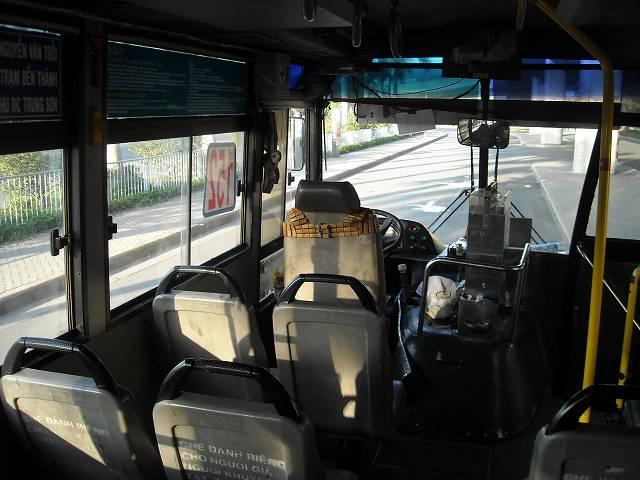 空港ターミナル前からのバスの車内。ベンタイン行バスは152番の路線バス