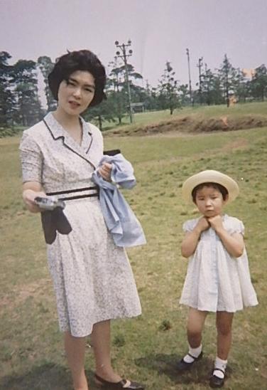 姉妹の長女として生まれ、完璧主義者で教育熱心な母に育てられた。