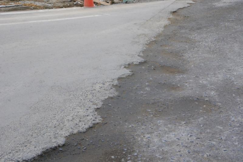 新しく造られた道と、仮設道路の間には大きな段差