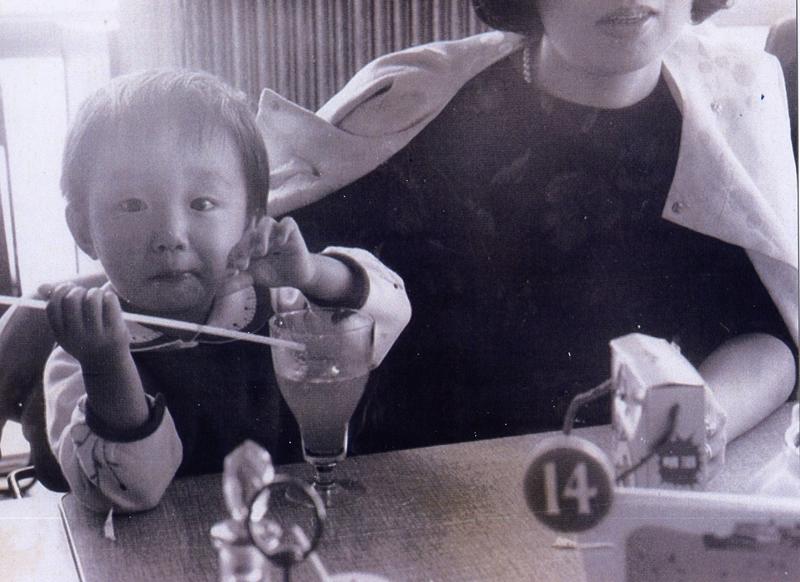 薫堂さんといえば、食いしん坊。やっぱりそれは幼少期から?ジュースのグラスもレトロ