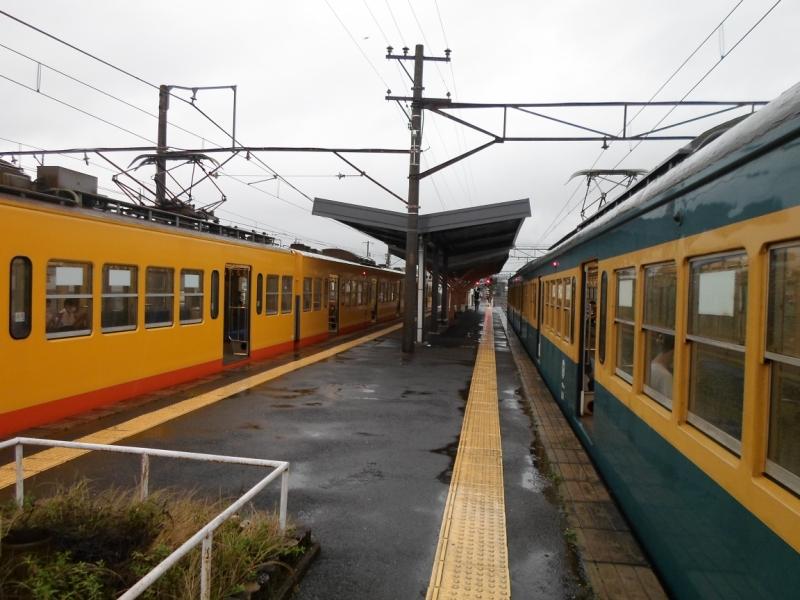 三岐鉄道三岐線保々駅ホーム(右は開業90周年記念塗装)
