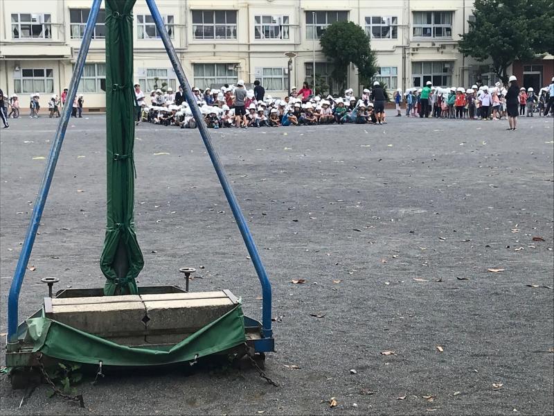 (随分前に撮った写真ですが)学校の校庭の写真。ここで思いっきり遊ぶのがモチベーションに?