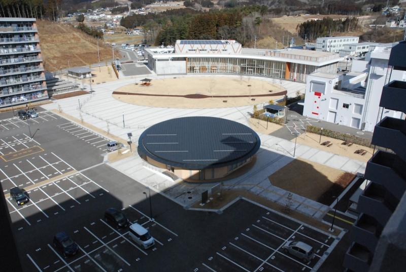 県営栃ヶ沢アパート2号棟の最上階から見た景色。円形の建物が集会場で、その奥の弧を描く建物は毎朝ラジオ体操が行われているコミュニティホール