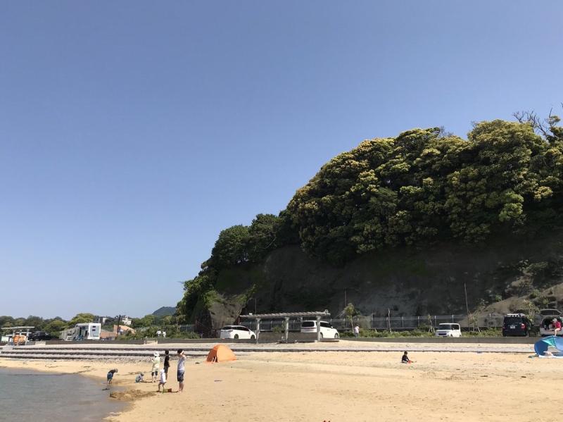 細かく砕いた貝殻や珊瑚を含んでいる人工の砂浜は、伊豆の西海岸としては珍しい白さ。