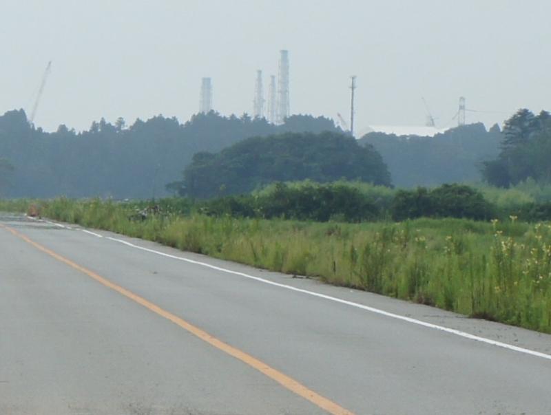 道路の先の丘に第一原発がある。肉眼で原発のクレーンや鉄塔が確認できる。原発までの距離はおよそ5㎞ほど。