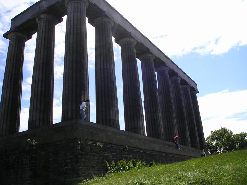 カールトン・ヒルにある「ナショナル・モニュメント。19世紀初頭にナポレオン戦争で亡くなったスコットランド兵を偲ぶために作られたもの。建築当時予算が枯渇してしまい未完成のままなのだとか。