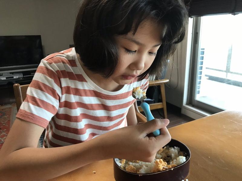 帰宅後すぐに食べられるようママが「お弁当形式」の晩ごはんを用意。一瞬で食べ尽くしたあと「なんか麺類つくれ」とばかりにどんぶりを取り出そうとしました。もう普段どおり(*^-^*)