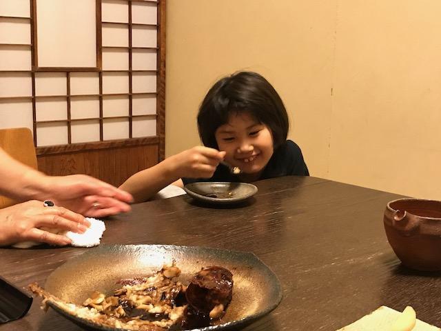 煮つけの王様「キンキ」。身だけではなく絶品の煮汁を飲み干す勢いの娘。かーわいい♪