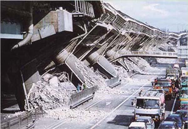 「真横に倒壊した高速道路」(1995.1.17)