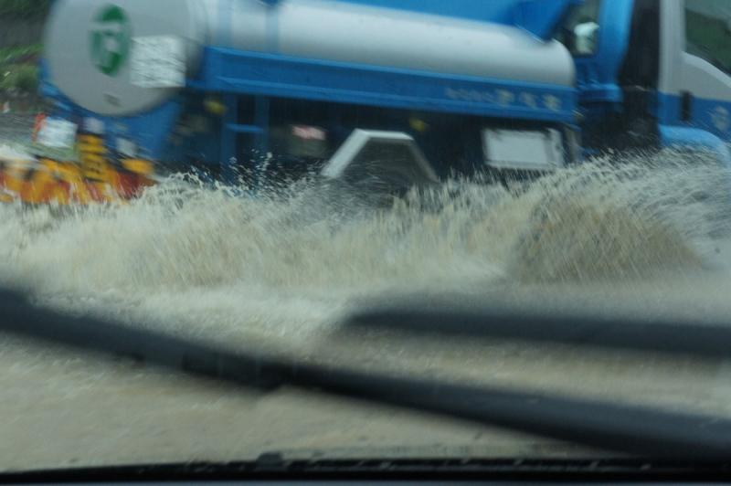 最も水が溜まっていたのは町立病院前の交差点周辺。2つの交差点が水没状態。