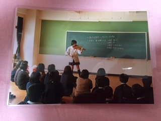 中学校時代に教室で演奏を披露。