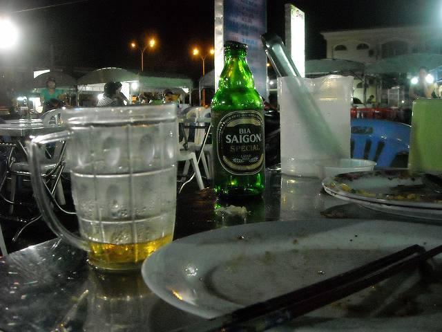 ナイトマーケットにて。握りこぶしほどの大きさの氷がビールに入れて出された