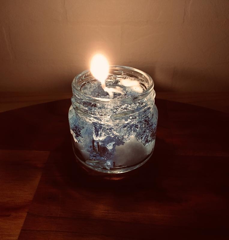 東日本大震災で犠牲になられた方々へ哀悼の意を込めてキャンドルに火を灯す