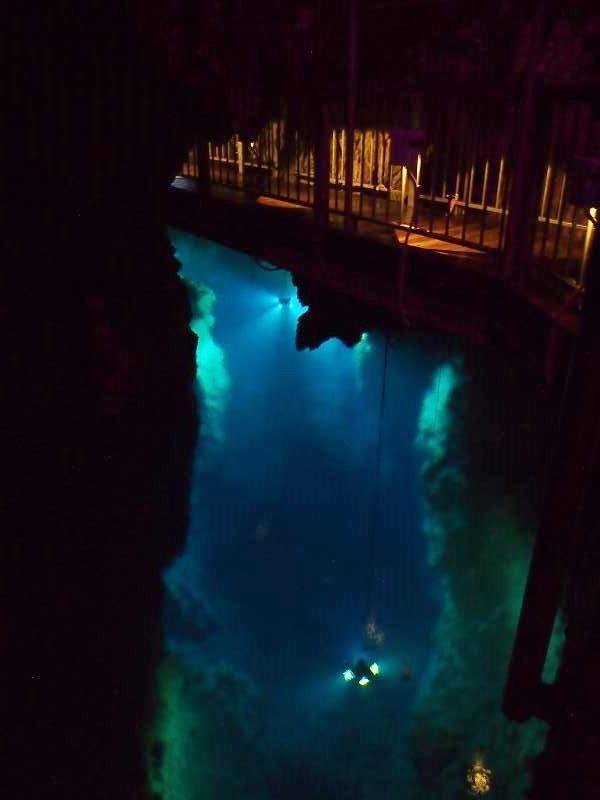 地底湖の水中にライトが吊るされている