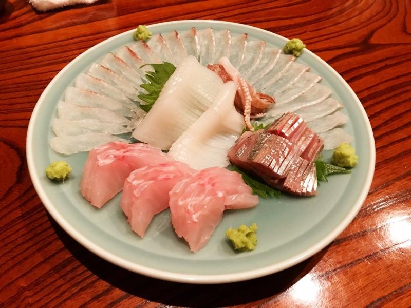 サバやイワシ、サンマなどの青魚やイカの刺身に細かく包丁を入れることが多いのは、アニサキス対策でもあるのです。写真はアカヤガラ、キンメダイ、アオリイカ、アジ。