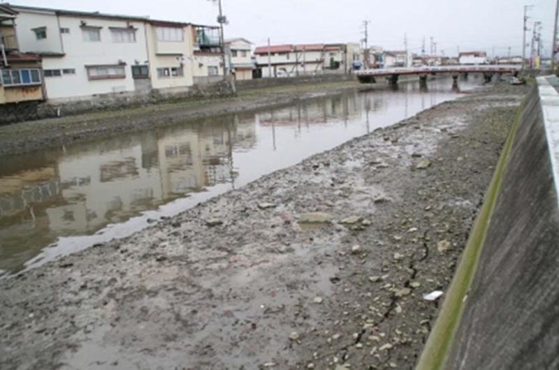 宮城県・南三陸町を流れる八幡川の写真です。この写真は津波到達数分前に撮影されたとのことです。記事で書かれている洋野町とは別の場所ですが、津波前の引き波の状況を伝える貴重な写真です。出典元:南三陸町WEBサイトより