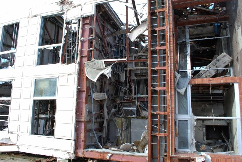 倒れるだけでなく、内部まで破壊されていたことが近くから見て取れる(2013年1月)