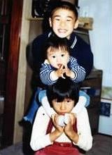 小学1年生の春。兄は小3、弟はもうすぐ2歳。人見知りで口数は少なかったが体のきく子だった。