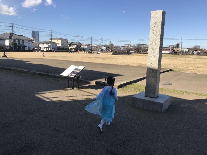 国分寺跡に到着。今は整地されているようですが昔は(30年ほど前)草ボーボーのただの原っぱで、つくし広場なんて呼ばれていました。今も呼ばれているのかな?
