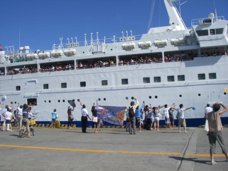 おがさわら丸が出港、見送り船に乗る人はここから大急ぎ!