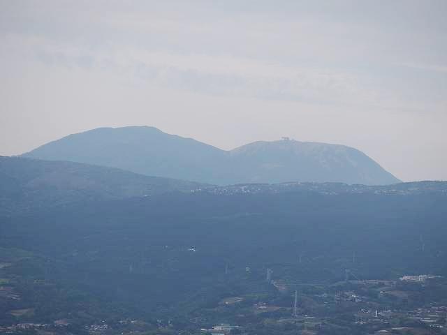 日守山公園から見た箱根山。2つ並ぶようにある山のうち左が箱根連山最高峰の神山で、右が駒ヶ岳