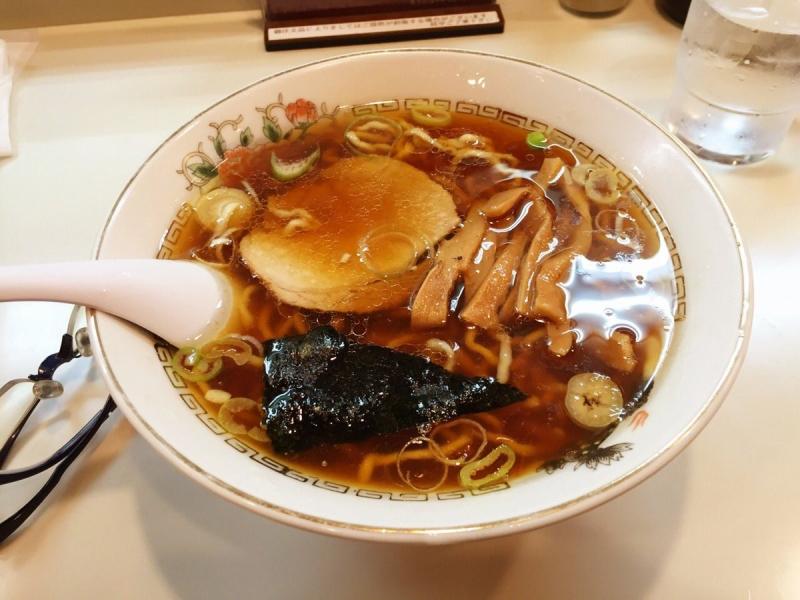 元祖魚介系ともいうべき香りとダシ。多めのラードで冷めないスープと縮れ麺がたまらない