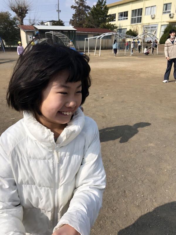 中庭で「こおりおに」の仲間に入れてもらった娘。鬼に触られたら「凍る」のがルールですが、娘にはわかりません。でもとにかく楽しい(笑)。