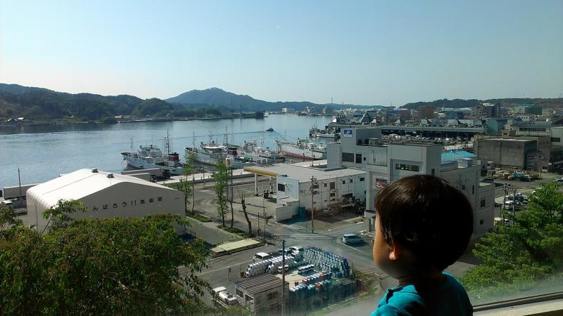 ホテルから見た海沿いの風景。息子の頭の真上に見えるのが魚市場です。
