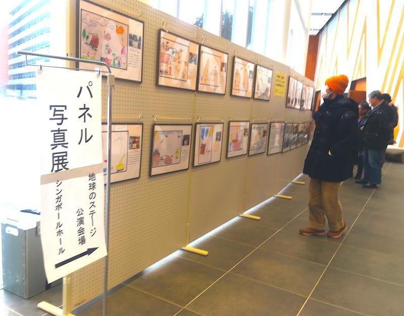会場内は撮影禁止だったので、エントランスホールのパネル展示の様子