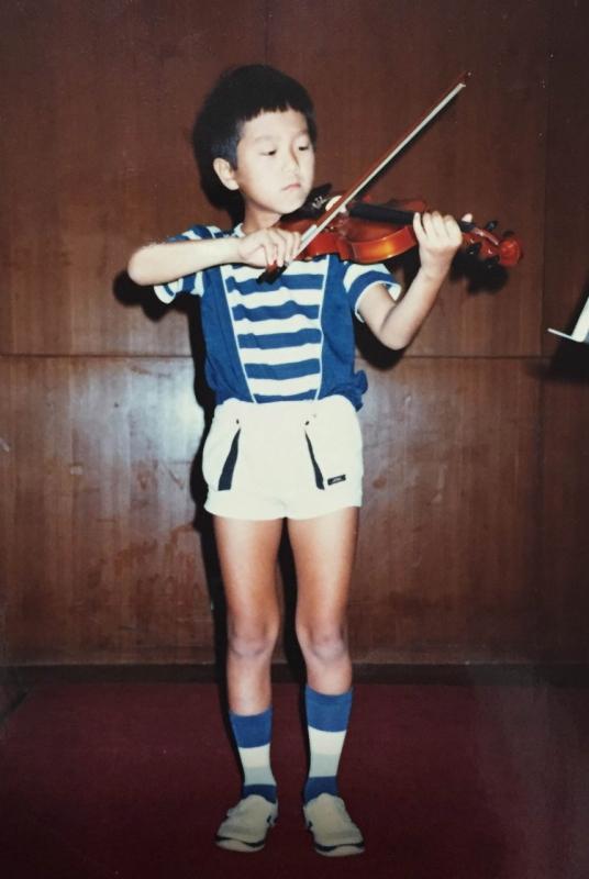 バイオリン教室の発表会で。本番直前に練習を始めて帳尻を合わせるタイプだったとか。