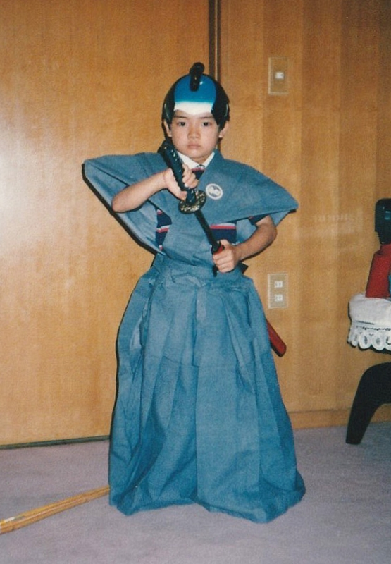 6歳の頃、学芸会の衣装を身につけて。