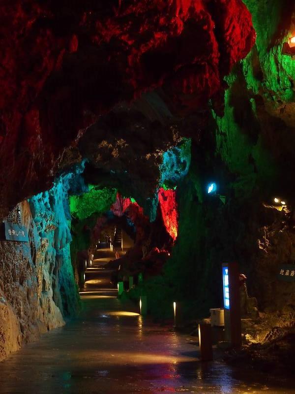 内部の一部は、色とりどりの電灯でライトアップされています