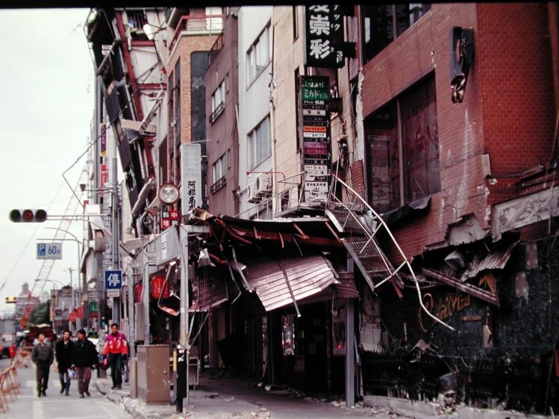 ビルが傾き、倒壊した神戸市の三宮付近(1995年2月)