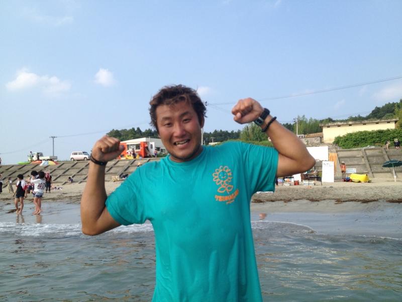 勝又三成さん。2013年の夏、長須賀ビーチにて。この写真、何度使わせてもらったことか。でもやっぱ、いい!