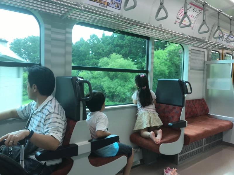八戸駅から久慈駅方面に向かう電車は、海がある左側の席が人気です。
