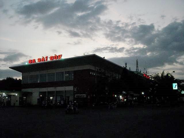 夕闇のサイゴン駅